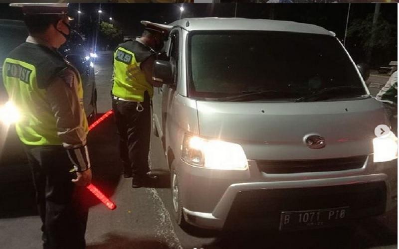 Ilustrasi-Polri melakukan pemeriksaan kendaraan /JIBI - Bisnis/Nancy Junita @tmcpoldametro