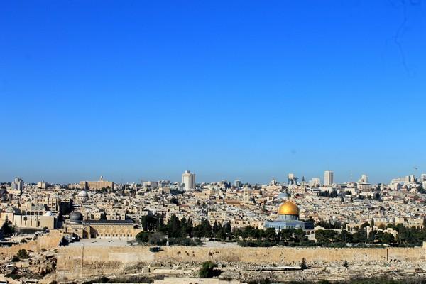 Kompleks Al Aqsa atau Haram Al Sharif, yang meliputi Masjid al-Aqsa dan Dome of the Rock atau Masjid Kubah Batu dengan kubah emasnya, di Yerusalem Timur terlihat dari Bukit Zaitun. - Antara
