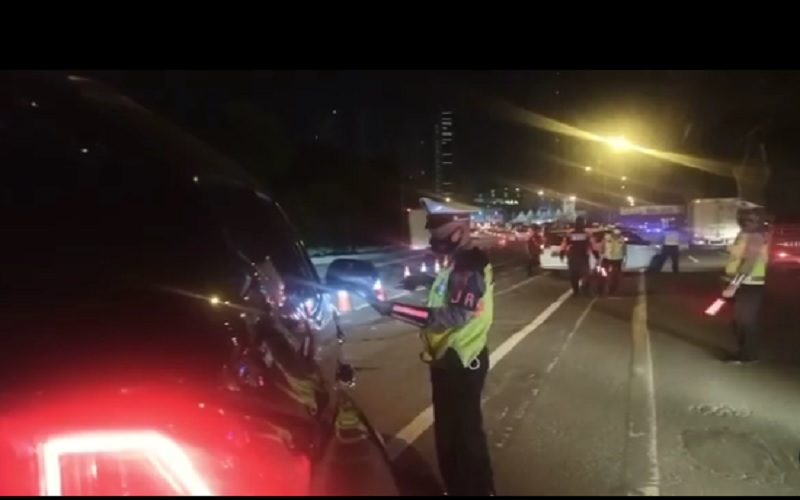 Polri melakukan penyekatan larangan mudik Lebaran 2021 di KM 31 Tol Cikarang Barat, Kamis (6/5/2021). Pengguna jalan tol yang tidak memuliki surat izin perjalanan diputarbalikkan kembali ke Jakarta./JIBI - Bisnis/Nancy Junita @tmcpoldametro