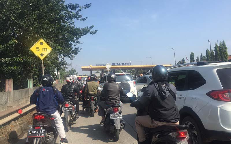 Kepadatan lalu lintas di sekitar Gerbang Tol Buah Batu, Bandung, Jawa Barat.  - Bisnis/Wisnu Wage Pamungkas