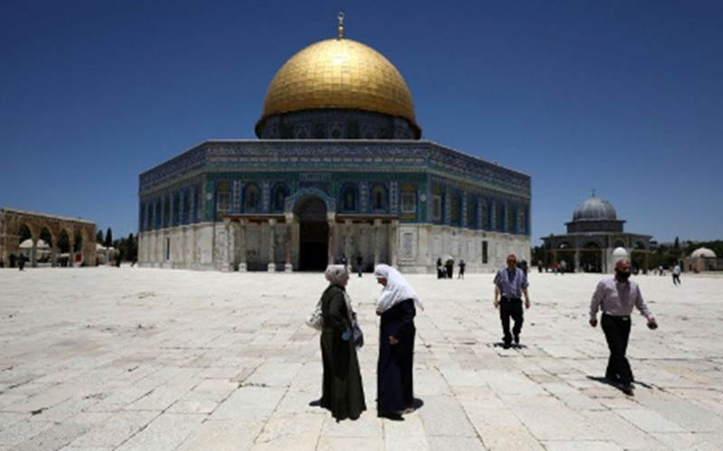 Ilustrasi - Pengunjung melintas di depan Dome of Rock (Kubah Batu), kompleks Masjid Al Aqsa, Kota Tua Yerusalem, Minggu (31/5/2020)./Antara - Reuters/Ammar Awad