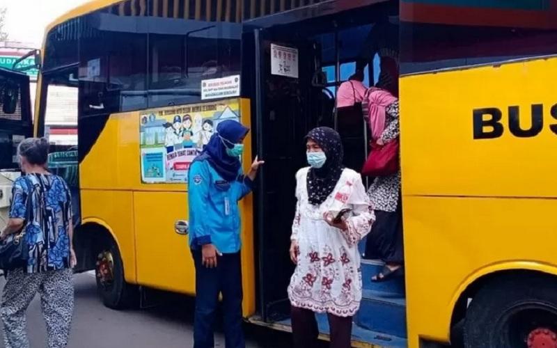 Ilustrasi - Bus sekolah digunakan untuk antar jemput lansia pesera vaksinasi massal di Rawamangun. - Antara
