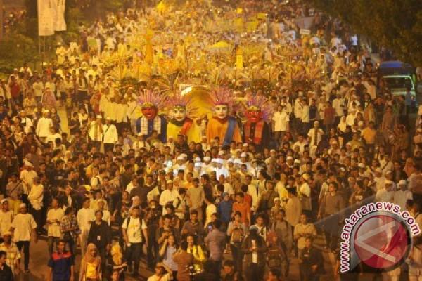 Ilustrasi - Suasana malam Takbiran Lebaran pada tahun 2015. Tahun ini, kerumunan pada malam takbiran bisa dikategorikan sebagai pelanggaran hukum terkait protokol kesehatan untuk mencegah penularan Covid-19. - Antara