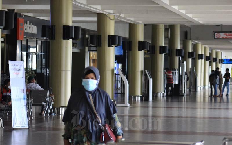 Aktivitas masyarakat di Bandara Internasional Minangkabau (BIM) terlihat sepi semenjak pandemi melanda daerah Provinsi Sumatra Barat, Jumat (19/3/2021). PT Angkasa Pura II Cabang BIM menyebutkan penerbangan internasional masih ditutup hingga akhir tahun 2021 ini. - Bisnis/Noli Hendra