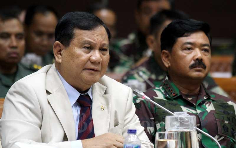 Menteri Pertahanan Prabowo Subianto (kiri) didampingi Panglima TNI Marsekal Hadi Tjahjanto saat mengikuti rapat kerja dengan Komisi I DPR di kompleks parlemen, Jakarta, Senin (20/1/2020). Bisnis - Arief Hermawan P