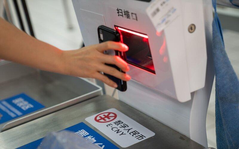 Yuan digital atau e-CNY yang tengah diujicobakan penggunaannya secara domestik di Shenzen, China - Bloomberg