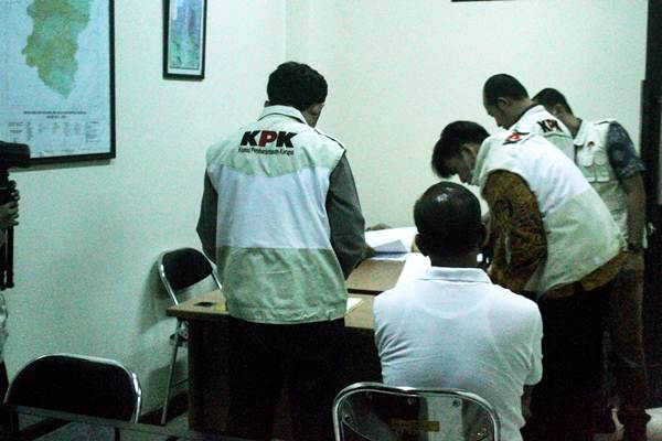 Ilustrasi - Penyidik KPK melakukan penggeledahan barang bukti dalam sebuah operasi tangkap tangan. - Antara/Risky Andrianto