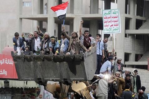 Ilustrasi - Pengikut gerakan Houthi menaiki sebuah bulldozer yang mereka rebut dari polisi anti huru-hara di sepanjang jalan utama menuju bandara di Sanaa, Yaman. - Reuters