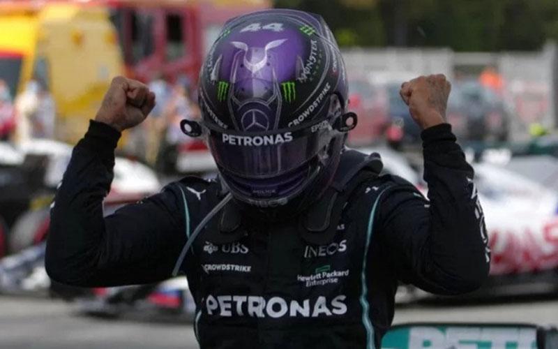 Pebalap tim Mercedes Lewis Hamilton melakukan selebrasi setelah menjuarai Grand Prix Spanyol di Sirkuit Barcelona-Katalunya, Montmelo, Minggu (9/5/2021)./Antara - AFP