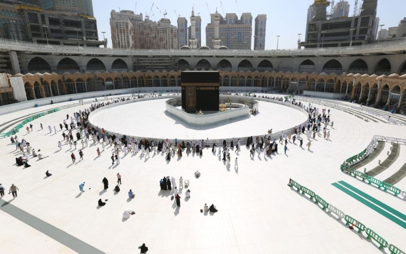 Ilustrasi - Umat Muslim mengelilingi Kabah di Mekah, Arab Saudi. - Bloomberg