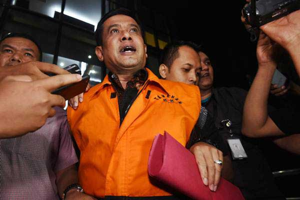 Taufiqurrahman, Bupati Nganjuk tahun 2017, yang terjaring operasi tangkap tangan KPK mengenakan rompi tahanan usai menjalani pemeriksaan di Jakarta, Kamis  malam (26/10/2017). - Antara/Akbar Nugroho Gumay