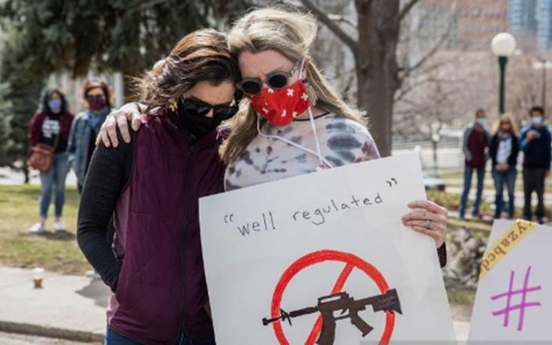 Ilustrasi - Jennifer Cunningham (kiri) dan Zleen Kieran Johnson saling berpegangan saat mengheningkan cipta di Capitol Negara Bagian Colorado atas kekerasan akibat senjata setelah terjadi penembakan masal Boulder di King Soopers, Denver, Colorado, Minggu (28/3/2021)./Antara - Reuters/Alyson McClaran