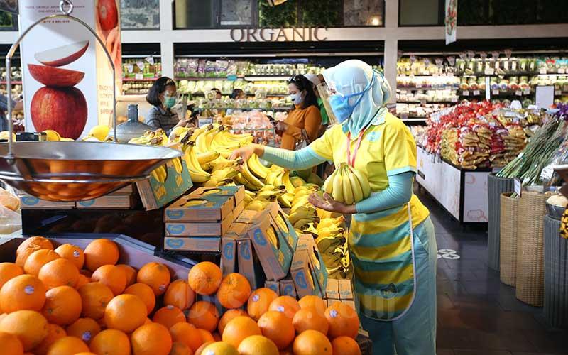 Karyawan menata buah yang di pajang di salah satu super market di Jakarta, Rabu (9/9/2020). Bisnis - Abdullah Azzam