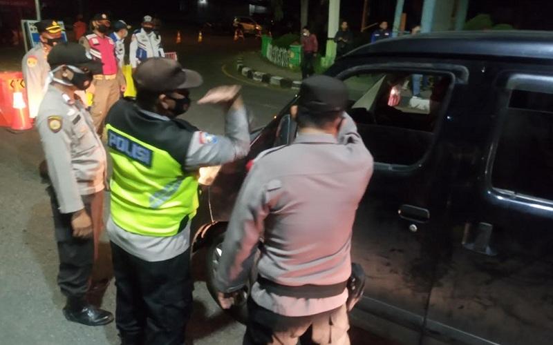 Penyekatan dan pemeriksaan para pemudik di pantura Cirebon - Bisnis/Hakim Baihaqi