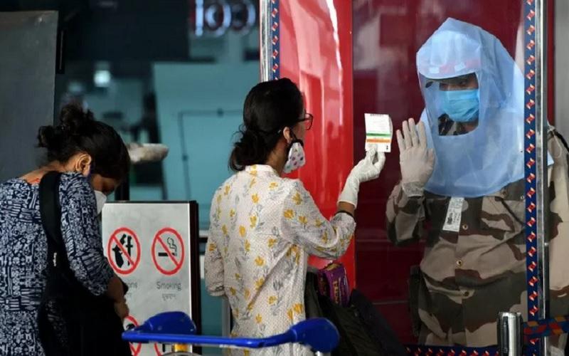 Seorang petugas keamanan (kanan) bertugas di Bandara Internasional Indira Gandhi di New Delhi, India, Senin (25/5/2020). - Antara\r\n\r\n