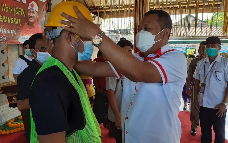 Bupati Gianyar Made Mahayastra kanan meresmikan Program CFW Kotaku di Wantilan Pura Desa Keramas, Senin (10/5/2021).  - Istimewa