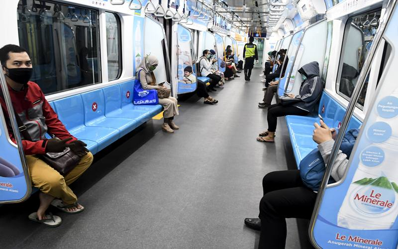 Penumpang berada di dalam MRT Jakarta, di Jakarta, Senin (6/4/2020).  - Antara Foto/Muhammad Adimaja