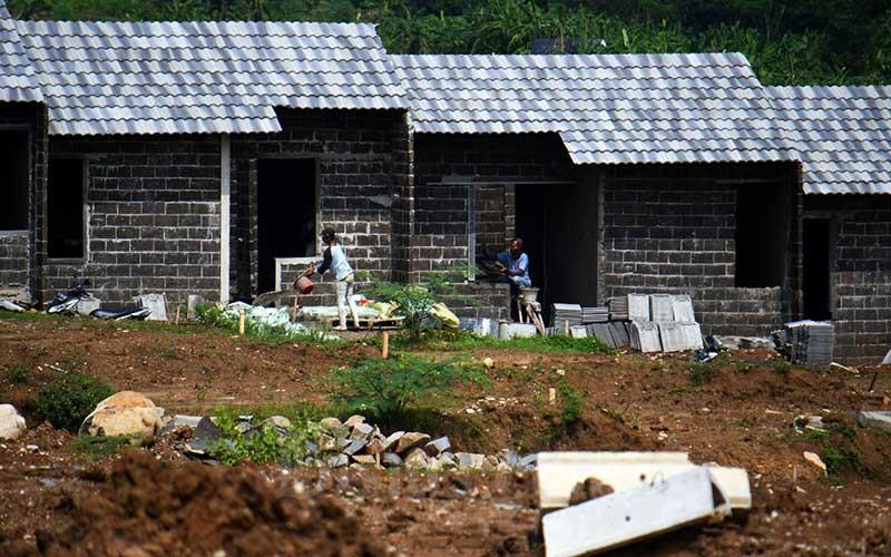 Pekerja beraktifitas di proyek pembangunan perumahan di Bogor, Jawa Barat, Senin (30/3/2020)./Bisnis - Abdurachman