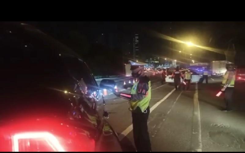 Polri melakukan penyekatan larangan mudik Lebaran 2021 di KM 31 Tol Cikarang Barat, Kamis (6/5/2021). Selanjutnya pengguna jalan tol yang tidak memuliki surat izin perjalanan diputar balikkan kembali ke Jakarta. JIBI - Bisnis/Nancy Junita @tmcpoldametro