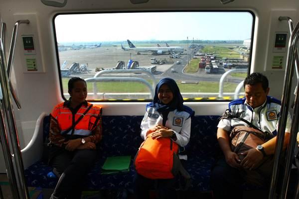 Penumpang berada di dalam gerbong Skytrain saat uji coba mengangkut penumpang di Terminal 3 Bandara Soekarno Hatta, Tangerang, Banten.  - Antara/Muhammad Iqbal