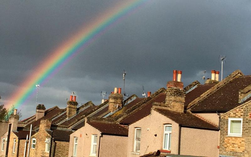 Pelangi menghiasai langit di atas perumahan di London, Inggris. /Reuters - Russell Boyce