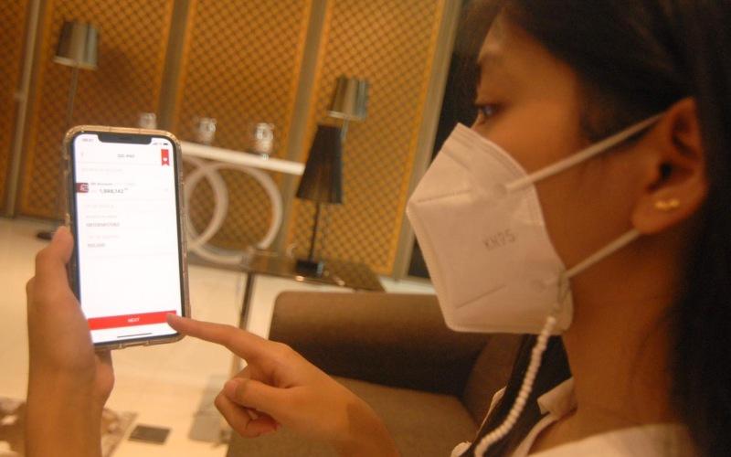 Nasabah Bertransaksi Menggunakan Octo Mobile CIMB Niaga - Istimewa