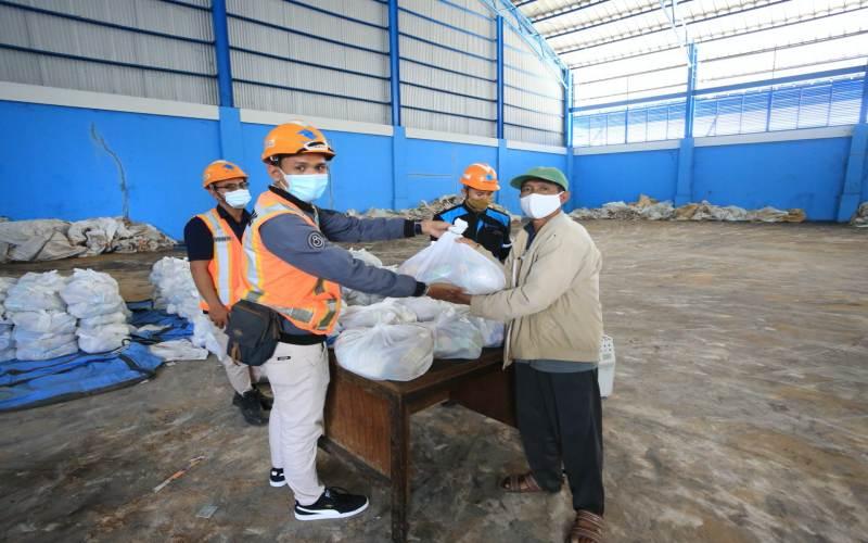 Penyaluran paket sembako PT Pelabuhan Indonesia (Pelindo) III - dok. Pelindo III