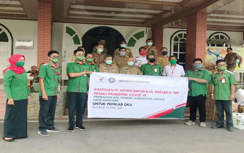 PT Semen Baturaja (Persero) Tbk menyalurkan bantuan alat kesehatan kepada Pemkab Ogan Komering Ulu (OKU) dan Gugus Tugas COVID-19 OKU.  - Istimewa