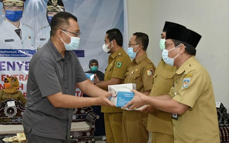 penyerahan secara simbolis alat rapid test antigen Entram oleh Gubernur NTB Zulkieflimansyah di Science Tecnology and Industrial Park (Stipark) Banyumulek, Lombok Barat.