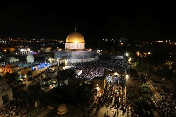 ejumlah Muslim beribadah di depan masjid Kubah Batu di halaman yang dikenal umat Muslim sebagai Al Haram Al-Syarif dan Temple Mount oleh Yahudi di Kota Tua Yerusalem, Rabu (21/6/2017), pada bulan Ramadan. - Reuters