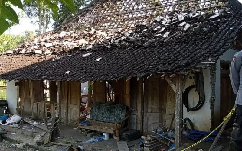 Kondisi rumah Abdullah yang hancur terdampak ledakan berantai 205 petasan jumbo di Desa Sukorejo Wetan, R, Selasa (11/5/2021). - Ist
