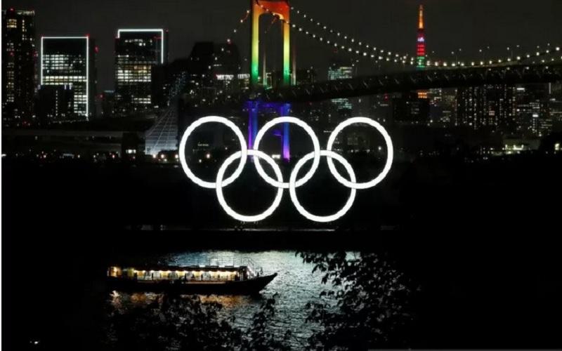 Jembatan Pelangi dan Menara Tokyo bercahaya dengan warna Olimpiade untuk memperingati hitung mundur 100 hari menuju Olimpiade Tokyo 2020 yang telah ditunda ke tahun 2021 akibat penyebaran  Covid-19 di Tokyo, Jepang, Rabu (14/4/2021). - Antara/Reuters\r\n