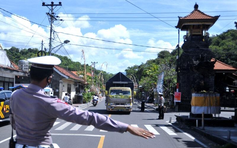 Petugas menghentikan truk untuk menjalani pemeriksaan saat hari pertama penyekatan mudik Lebaran di Pos Penyekatan Padangbai, Karangasem, Bali, Kamis (6/5/2021). Penyekatan di kawasan Pelabuhan Padangbai itu dilakukan untuk menghalau adanya masyarakat yang melakukan perjalanan mudik di jalur penyeberangan laut yang menghubungkan Bali-NTB tersebut selama pemberlakuan larangan mudik Hari Raya Idul Fitri 1442 Hijriah pada 6-17 Mei 2021. - Antara/Fikri Yusuf.