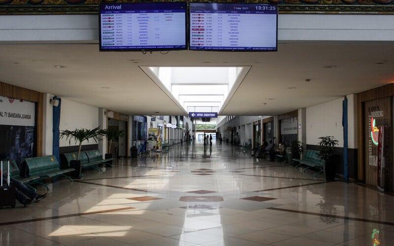 Petugas berjaga di lobby Bandara Internasional Juanda Surabaya di Sidoarjo, Jawa Timur, Jumat (7/5/2021). Aktivitas di Bandara Juanda terpantau sepi meskipun pada pemberlakuan larangan mudik Idul Fitri 1442 H terdapat pengecualian bagi ASN, pegawai BUMN/BUMD, TNI, Polri, pegawai swasta yang dilengkapi surat tugas, kunjungan keluarga sakit, ibu hamil dengan satu orang pendamping, pelayanan kesehatan darurat dan sebagainya dengan kepentingan mendesak. - Antara/Umarul Faruq.