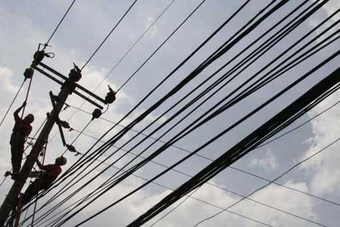Pekerja memperbaiki jaringan listrik. - Bisnis