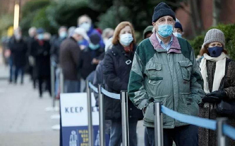 Warga mengantre untuk memasuki Lapangan Lord's Cricket guna menerima vaksin  Covid-19  di tengah mewabahnya penyakit tersebut, di London, Inggris, Jumat (22/1/2021). - Antara