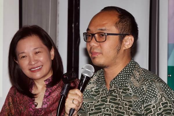 Pengamat Politik Yunarto Wijaya (kanan) bersama Presiden Direktur PT BNPP Investment Partners  Vivian Secakusuma menjadi narasumber saat seminar edukasi investasi AkuBisaInvestasi, di Jakarta, Senin (2/10). - JIBI/Abdullah Azzam