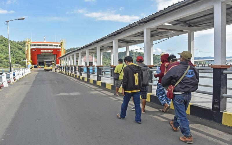Sejumlah pemudik berjalan menuju kapal fery tujuan Pelabuhan Ketapang di Banyuwangi di Pelabuhan Lembar, Gerung, Lombok Barat, NTB, Rabu (5/5/2021). Pelabuhan Lembar yang biasanya ramai pemudik menuju Pulau Bali dan Jawa saat ini terpantau sepi menyusul akan diberlakukannya larangan mudik pada 6 -17 Mei 2021 guna mencegah penyebaran Covid-19. - Antara/Ahmad Subaidi.