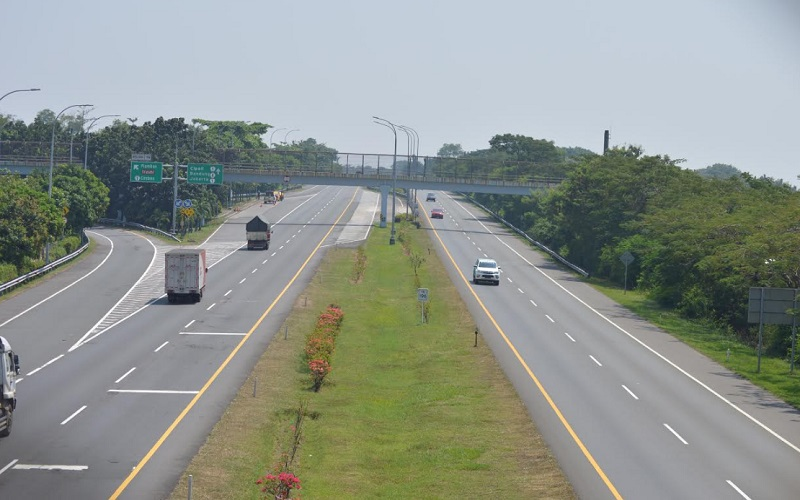 Arus lalu lintas di Tol Palimanan-Kanci (Palikanci), Kabupaten Cirebon terpantau lengang pada H-2 Idulfitri - Bisnis/Hakim Baihaqi