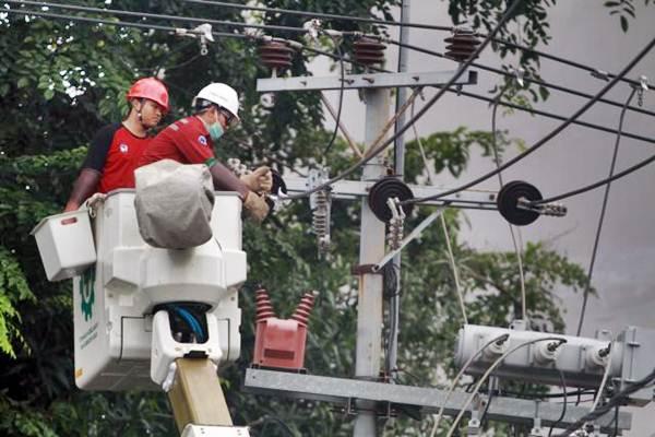 Teknisi Pengerjaan Dalam Keadaan Bertegangan (PDKB) mengerjakan perawatan jaringan listrik, di Makassar, Sulawesi Selatan, Rabu (2/1/2019). - Bisnis/Paulus Tandi Bone