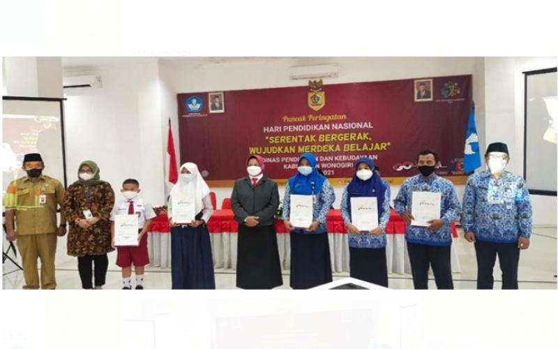 Bank Jateng Cabang Wonogiri memberikan penghargaan kepada 26 guru dan siswa berprestasi di Kabupaten Wonogiri. (Foto: Istimewa)