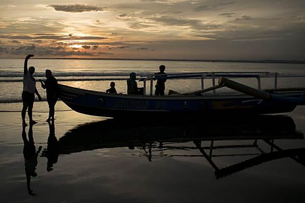 Warga menikmati suasana sore di Pantai Barat Pangandaran - Antara