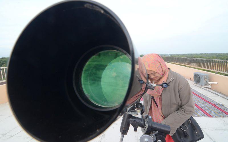 Ilustrasi - Mahasiswa mengamati posisi hilal (bulan) saat dilakukan rukyatul hilal guna menentukan 1 Syawal di IAIN Madura, Pamekasan, Jawa Timur, Senin (3/6/2019). - Antara Foto/Saiful Bahri.
