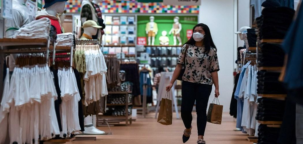 Asosiasi Pengelola Pusat Perbelanjaan Indonesia memproyeksi tingkat kunjungan dan penjualan di pusat perbelanjaan pada momentum Ramadhan dan Idul Fitri tahun ini meningkat sekitar 30 hingga 40 persen dibandingkan Idul Fitri tahun lalu. ANTARA FOTO/Sigid Kurniawan - rwa.