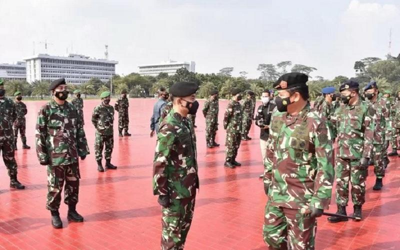 Panglima TNI Marsekal TNI Hadi Tjahjanto saat menerima Laporan Korps Kenaikan Pangkat 56 Pati TNI di Mabes TNI Cilangkap, Jakarta Timur, Selasa (11/5/2021). - Antara