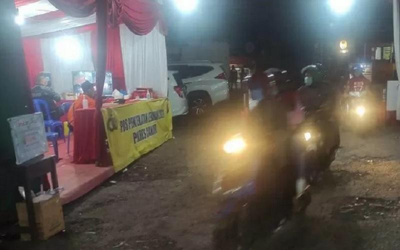 Jalur utama Puncak-Cianjur, Jawa Barat, pada H-1 lebaran sepi dari kendaraan pemudik, namun penyekatan yang dilakukan petugas gabungan tetap berjalan hingga dini hari, Rabu (12/5/2021). - Antara