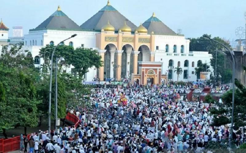 Warga Kota Palembang melaksanakan Salat Id 1 Syawal 1440 Hijriah di pusat Kota Palembang, Sumsel, Rabu (5/6/2019). - Antara