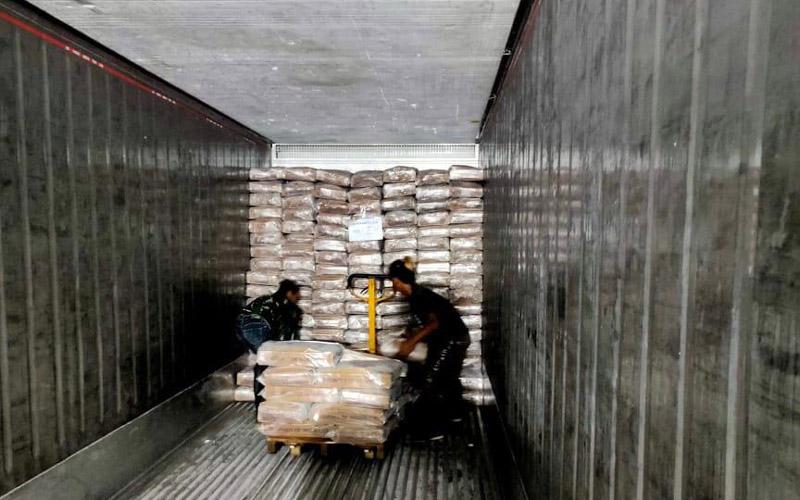Para pekerja sedang melakukan packing produk ikan kembung untuk diekspor ke Thailand. -  Dok. Perindo