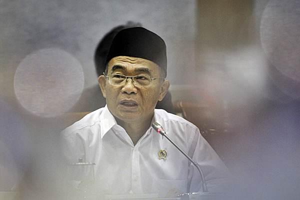 Muhadjir Effendy menyampaikan paparan pada rapat kerja dengan Komisi X DPR di Kompleks Parlemen, Senayan, Jakarta, Senin (21/1/2019). - ANTARA/Dhemas Reviyanto