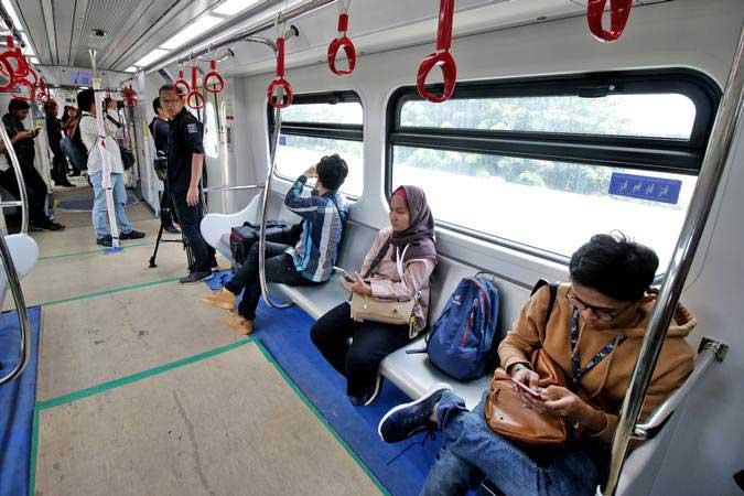 Penumpang berada di dalam kereta ringan atau Light Rail Transit (LRT) rute Velodrome-Kelapa Gading saat diuji coba di Jakarta, Senin (25/2/2019). - ANTARA/Rivan Awal Lingga